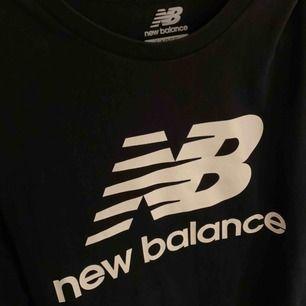 NEW BALANCE t shirt i riktigt fint skick!!srl L m'en passar son M