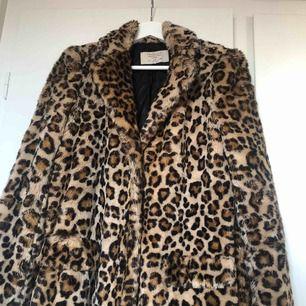 Leopard faux fur kappa från Zara. Går till strax över knäna på mig som är 1,67 lång. Använd men hel och i gott skick! Tre svarta knappar fram, fickor på sidorna, asfin. Frakten tillkommer om den ska skickas, kan annars mötas upp! ✨🐆