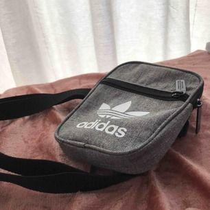 Snygg liten väska, typ festivalväska eller vad det kallas. Använd få tillfällen & är i nytt skick. Köpare står för frakt