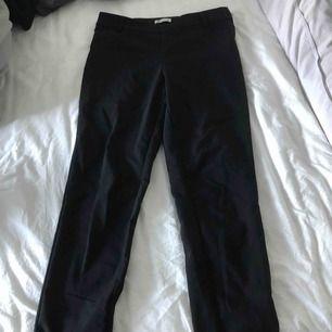 snygga svarat kostym byxor från cubus. man stänger byxorna med en dragkedja på sidan av byxorna