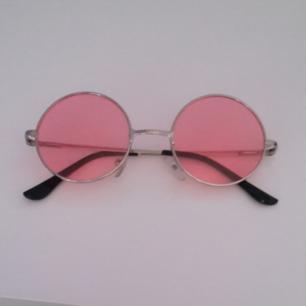 Snygga rosa och runda solglasögon. Använd max 1 gång, men de är så coola att jag tycker de behöver ett välförtjänt  hem! Små i storleken. Frakt ingår i priset!