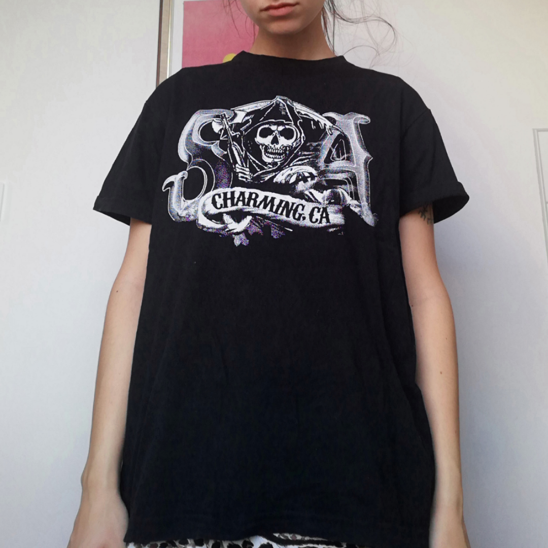 Svart vintage t-shirt med Sons of Anarchy tryck på framsidan. Oversize stl M, sitter snyggt på mig som har XS. Sömmen i halsen har gått upp lite men tycker inte det stör. Frakt 42 kr. . T-shirts.