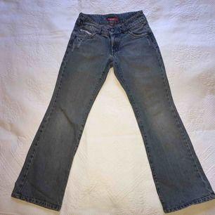 Jeans för barn med supercoola detaljer! Dessa är lek testade av mig som liten och har dessutom inga defekter.