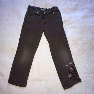 Barn jeans med söta detaljer! Byxorna har tidigare används av mig som liten. ! Detaljerna ger ett par simpla byxor ett sådant bling i sig. Barn växer så snabbt idag och tycker inte att man ska köpa något så dyrt som ändå snart blir för litet!