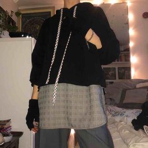 Cool hoodie i udda design, oanvänd. Stor luva och lång design, räcker ner till låren ungefär. Snyggt oversized! Möts upp i stockholm annars står köparen på frakt runt 80kr🖤