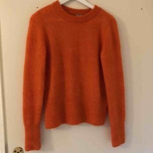 Orange långärmad tröja från H&M i storlek XS. Den är använd upp mot fem gånger och är i fint skick.