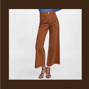 Jättefina brun/orangea jeans från Zara! Använda endast 1 gång, därmed i gott skick! Frakt tillkommer och betalningen sker via Swish.