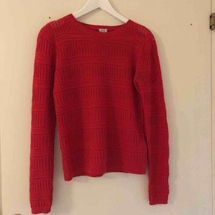 Röd långärmad tröja köpt från Asos i storlek S. Den har lite öppna ytor där de är detaljer, inte jätte tjock men väldigt fin.