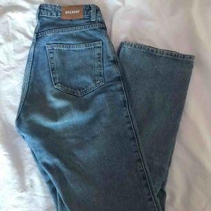 Byxor från weekday i modellen Row, färgen Sky Blue. Supersköna jeans i stuprörsmodell, bra skick! Köparen står för frakt!✨