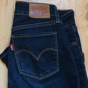 levi's 712 SLIM  snygga jeans i härlig blå färg.