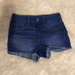 Blåa superstretchiga jeansshorts från American Eagle i storlek S. Är i bra skick men använda aldrig.