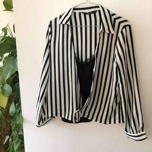 Superfin skjorta med inbyggt spetslinne, superfin till vardags och fest💕