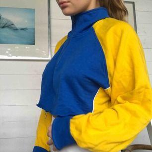 Snygg vintage croppad sweater! Half zip kedja och väldigt snygg passform!💚💚