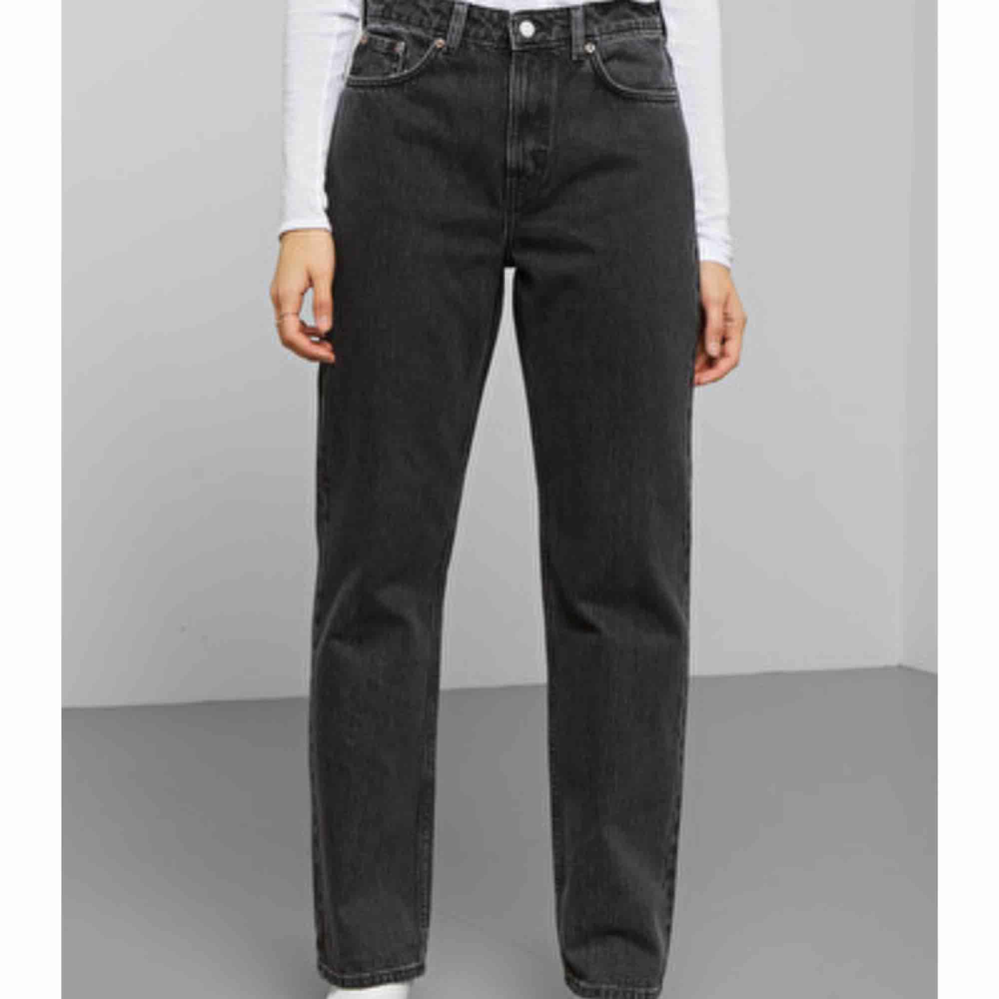 Byxor från Weekday i modellen Voyage. De har en grå stentvättad färg och är stuprörsmodell. Bra skick. Köparen står för frakt!✨. Jeans & Byxor.