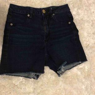 Mörkblå lite längre shorts från American Eagle i storlek 4 amerikansk. Superstretchiga sköna shorts.