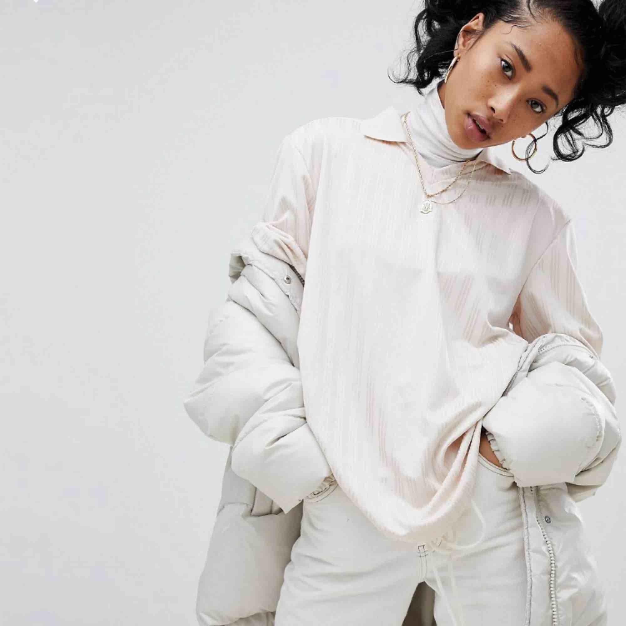 Oversized beige/rosa adidaströja med krage. Använd 1 gång, bra skick! Köparen står för frakten!✨. Skjortor.