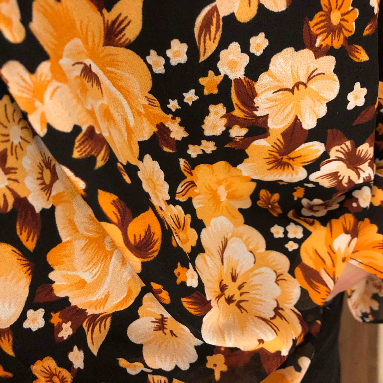 Blommig blus från NA-KD! Nypris 399! Aldrig använd.   Kan mötas upp i växjö eller extra fraktkostnad!. Blusar.