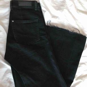 Svarta jeans från H&M i culottemodell. Väldigt mjukt material, bra skick! Köparen står för frakten!✨