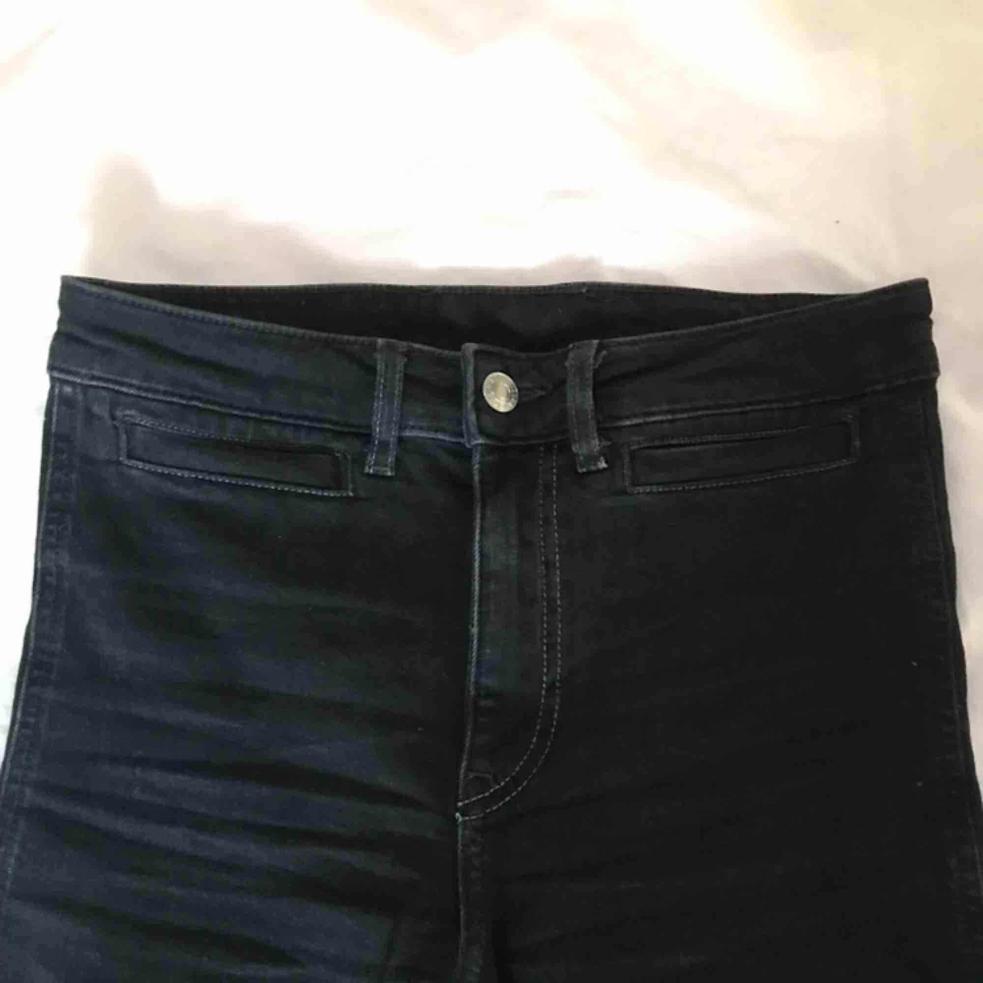 Svarta jeans från H&M i culottemodell. Väldigt mjukt material, bra skick! Köparen står för frakten!✨. Jeans & Byxor.