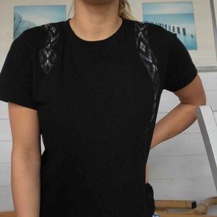 T-shirt från Na-kd med ormprint! Snygg passform och är skitsnygg med polotröja under nu inför höst/vinter🖤🖤