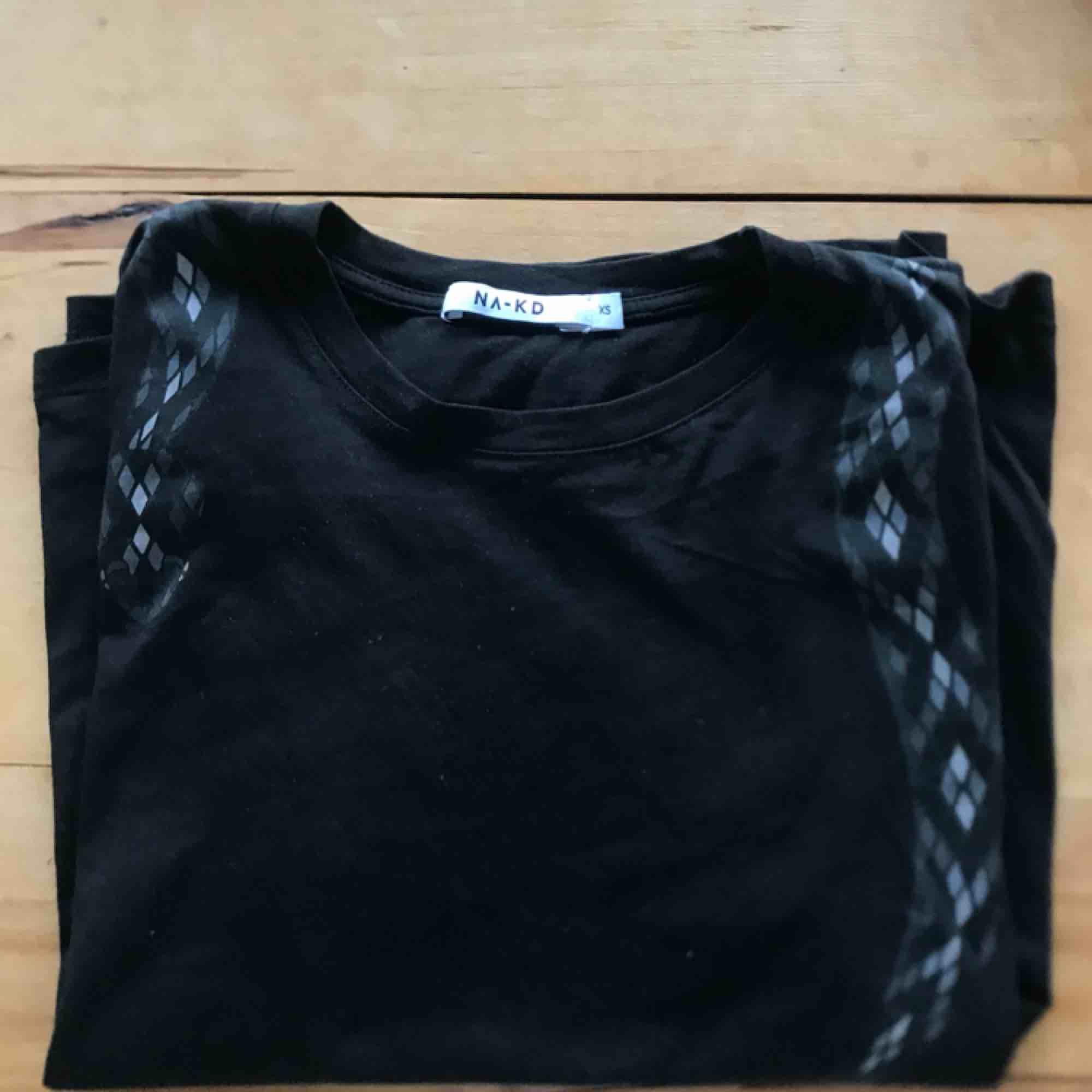 T-shirt från Na-kd med ormprint! Snygg passform och är skitsnygg med polotröja under nu inför höst/vinter🖤🖤. T-shirts.