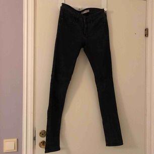 Svartgråa lågmidjade skinny jeans från abercrombie & fitch i storlek W26.