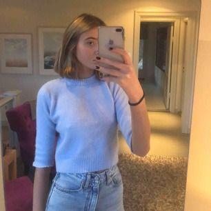 Jättesöt tröja från Zara som är sååå varm och mysig! Avklippt i ärmarna som syns på bilderna, ganska liten i storleken. Köparen står för fraktkostnader!❤️