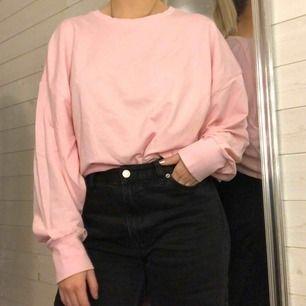Rosa sweater i tunnare material! Mer rosa irl (se sista bilden)! Använd 2-3 gånger.  Kan mötas upp i växjö eller extra fraktkostnad!