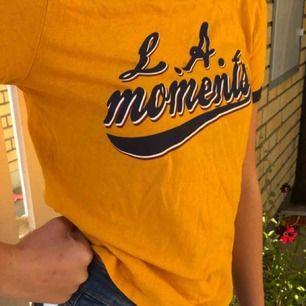 En gult höstlig college T-shirt köpt på zara för bara ett halv år sen. Fint skick i storlek xs