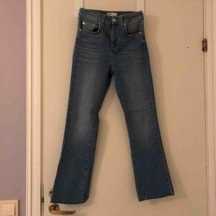 Oanvända jeans från Nelly i storlek 36. Dom är högre i midjan och har en liten bootcut.