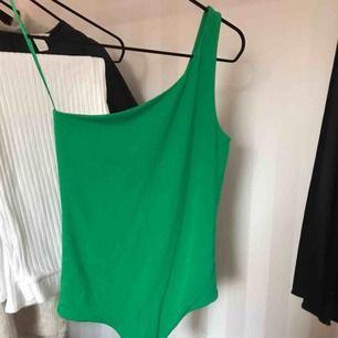 OneshoulderBody från BikBok i fin grön färg. Använd en gång, bra skick! Köparen står för frakt!✨