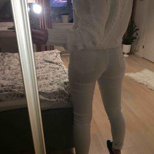 Vita jeans från Kappahl. Knappt använda. Jag har vikt upp dem där nere och är 166 cm lång.