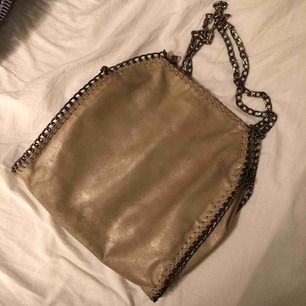 Beige väska med innerfack. Får med ett längre band och två kortare. Väl använd. Nypris 500kr