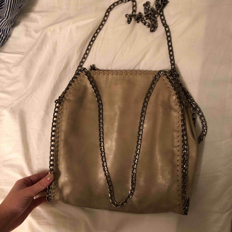 Beige väska med innerfack. Får med ett längre band och två kortare. Väl använd. Nypris 500kr. Väskor.