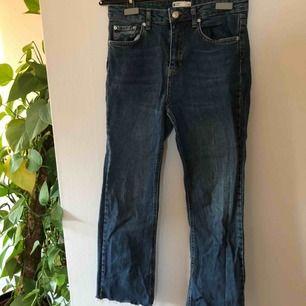 Snygga mom jeans som med ankel lång med slitningar nedtill💙