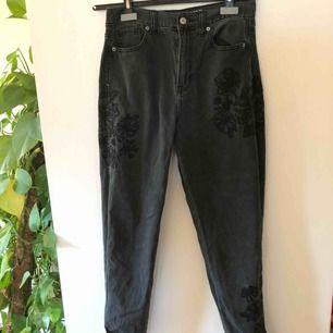 Mom jeans som tyvärr blivit för små, motsvarar strl 36. Jättefina broderier som går över hela benen fram och bak💙