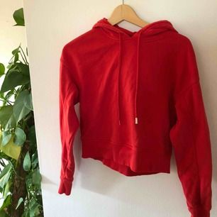 Supersnygg röd hoodie som är lite kort i modellen❤️