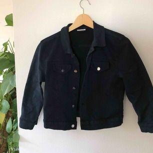 Croppad marinblå jeansjacka med stretchmaterial från Vila, superfin💙