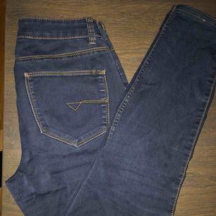 Mörkblåa jeans, fint skick. Högmidjade! ♥️