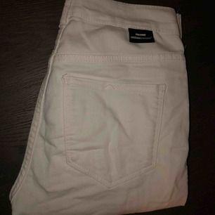 Vita jeans från DrDenim, stretchiga och skönt material! Inte jobbiga att ha på sig♥️