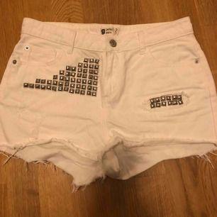 Vita shorts från Ginatricot i storlek 38. Det är nitar på, superfin detalj! Fint skick ♥️