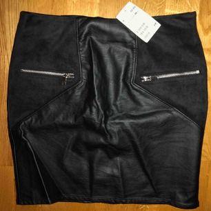 Helt ny och oanvänd kjol från H&M, storlek 38. Skinnimitation och mockaimitation ♥️