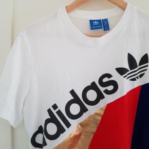 Adidas T-shirt, knappt använd. Herrstorlek M. På bild 2 är den instoppad, är egentligen längre :) Priser kan diskuteras.
