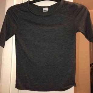 Mörkgrå t-shirt från Ginatricot, sparsamt använd. Liten i storleken, 3/4 ärm ♥️
