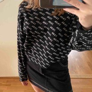 Snygg tröja från Zara som var helt slutsåld innan, väldigt skönt material! Säljer då den inte har kommit till användning. Köpare står för frakt❤️