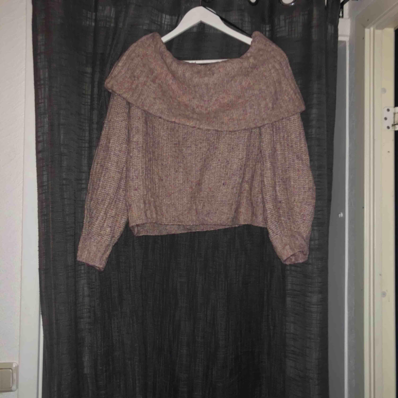 Mysig rosa stickad tröja med stor fin krage. Riktig mysig nu till vintern. Använd 2 gånger . Tröjor & Koftor.
