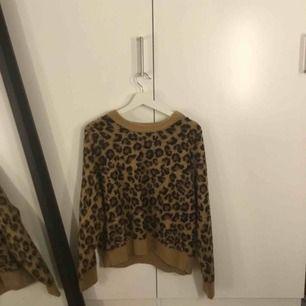 Super fin stickad tröja med leopard mönster. Perfekt nu till hösten och vintern när det börjar bli kyligare. Inte använt tröjan många gånger.