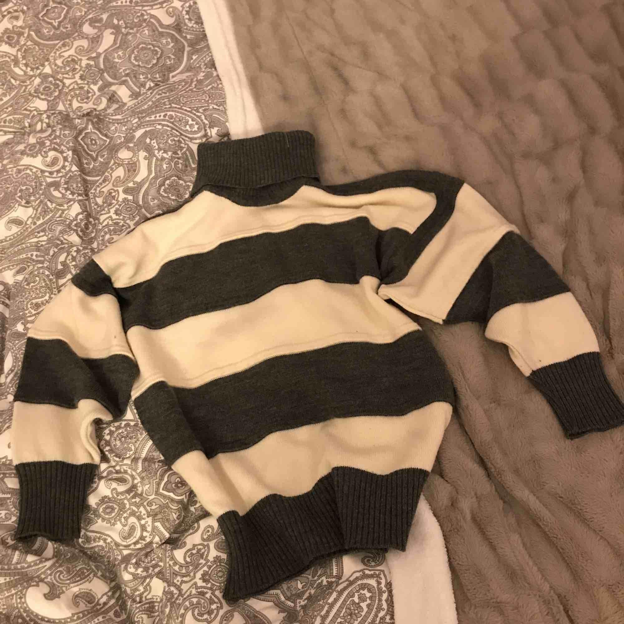 Stickad tröja från micha i storlek 36 Minns inte hur mycket den är köpt för därför priset Ganska använd  Ganska så midjelängd beroende på hur lång man är 100kr om jag ska skicka  Kan lämnas i Eskilstuna, Köping, Kungsör. Stickat.