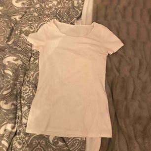 Säljes för den är för liten Vit t-shirt Köpt för 50kr Skickas för 60kr Lämnas i Eskilstuna, köping, kungsör