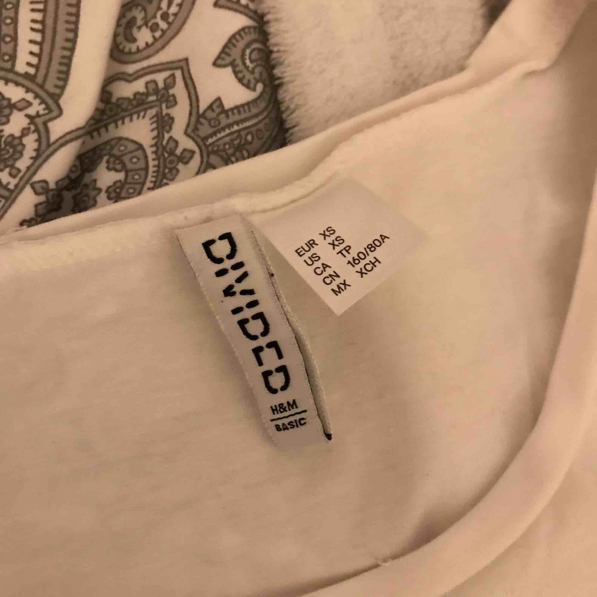 Säljes för den är för liten Vit t-shirt Köpt för 50kr Skickas för 60kr Lämnas i Eskilstuna, köping, kungsör . T-shirts.
